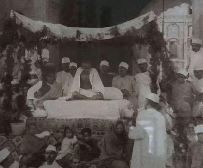 गांव असौड़ा स्थित महल में जनसभा को संबोधित करते महात्मा गांधी।