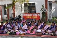 आशा कार्यकर्ताओं ने दिया धरना, की आवाज बुलंद