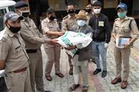 पुलिस प्रशासन ने निर्धनों व असहायों की मदद को बढ़ाए हाथ