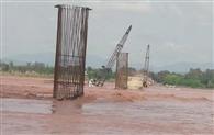 दरिया चिनाब में अचानक बाढ़ से डूबा कंपनी का साजोसामान