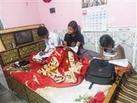 घर-घर सजी मस्ती की पाठशाला, खेलकूद के साथ पढ़ाई कर रहे बच्चे