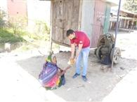 राहगीरों को फल व भोजन के पैकेट बांटे