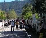Uttarakhand Lockdown Update: यहां मदद पाने को आतुर भीड़ तोड़ रही सारे नियम कायदे, जानिए