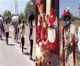Hisar Lockdown Day 5 : प्रवासियों का घरों को लौटना जारी, मास्क लगा दूल्हा-दुल्हन के फेरे