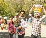 सरकारी दावों के बावजूद नहीं पहुंच रहा मदद का हाथ, मजदूरों का यूपी-बिहार तक पैदल सफर