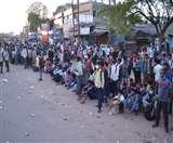 Positive India: अधर में जिंदगी और सड़क पर हजारों मुसाफिर, सैकड़ों बने मददगार