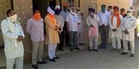 धान पर पाबंदी हटाने के विरोध में किसानों ने बीडीपीओ कार्यालय पर दिया धरना