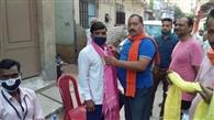 सफाई कर्मियों को मोहल्ले के लोगों ने किया सम्मानित