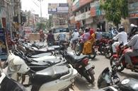 सड़क पर बेतरतीब पार्किंग से जाम रहता है बाजार