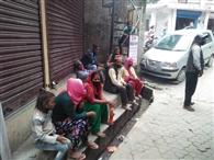 अनुमति के लिए डीएम दफ्तर के चक्कर काट रहे नेपाल के श्रमिक