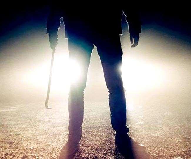 लुटेरे से भिड़ा किशोर, कार से लटका, हिम्मत देख बदमाश जान छुड़ा भागा