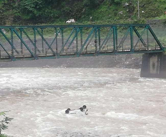 रुद्रप्रयाग के अगस्त्यमुनि स्थित गंगानगर पुल से एक वाहन मंदाकिनी नदी में जा गिरा।