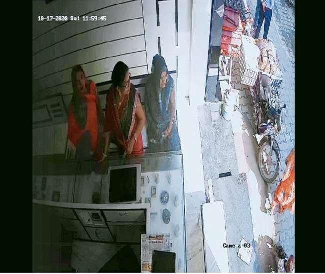 तीन महिलाओं ने ज्वैलर्स शॉप से 51 तोला सोना चुरा लिया।