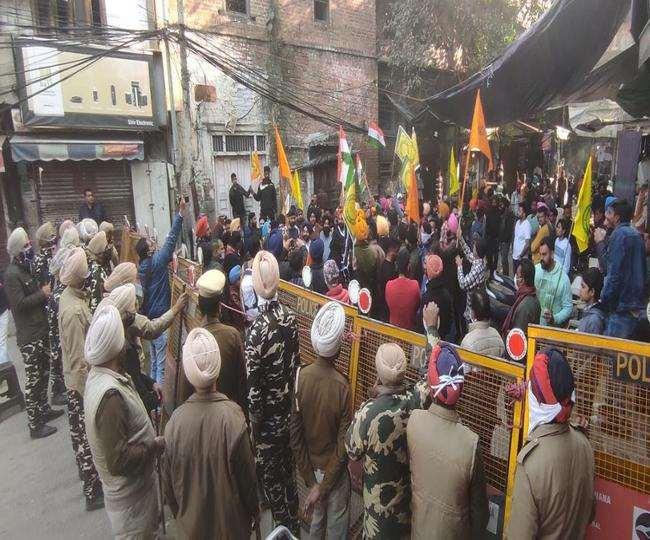 भाजपा की तिरंगा यात्रा के मद्देनगर गश्त करती पुलिस। (जागरण)