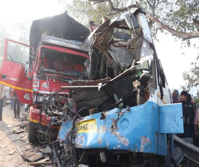 मुरादाबाद जिले के कुंदरकी में हादसे के बाद क्षतिग्रस्त वाहन। जागरण