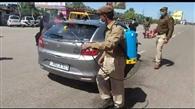 पुलिस कर्मियों ने वाहनों, सड़कों को किया सैनिटाइज