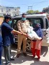 पुलिस ने सैकड़ों परिवारों को बांटा भोजन