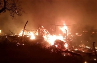 लीड::: तेज हवा के बीच भड़की आग में 13 घरों की गृहस्थी खाक