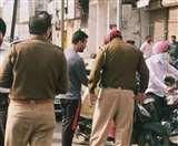 बिना वजह घूम रहे युवक को पुलिस ने पकड़ा, मोहल्ले के लोगों ने छुड़ाने के लिए की धक्का-मुक्की