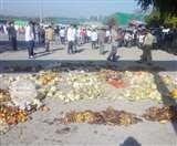 Uttarakhand Lockdown Day 6 : किच्छा में सड़े फल फेंककर आढ़तियों ने बंद किया मंडी गेट