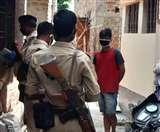 होम क्वारंटाइन की सलाह के बाद भी घर से बाहर घूमते दिखे दो संदिग्ध, पुलिस ने लगाई फटकार Dhanbad News