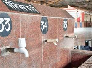 लॉकडाउन के बाद रेलवे स्टेशनों पर यात्रियों को पैरों से मिलेगा पानी, अफसर कर रहे तैयारी
