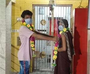 Lockdown में दो प्यार करने वालों की पहरेदार बनी पुलिस, चौकी के मंदिर में कराया विवाह