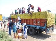 घर लौट रहे प्रवासी मजदूरों को उपलब्ध कराए भोजन व मास्क
