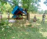 गांव में घुसने से रोका, अब पेड़ तले कट रहा दिन-पुलिया के नीचे रात