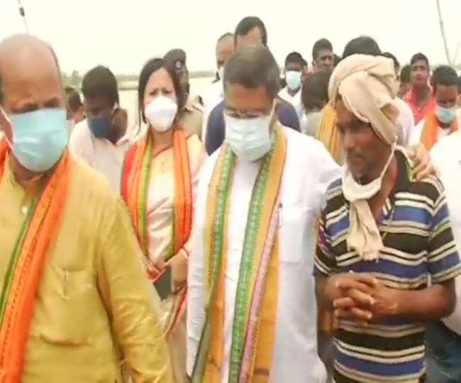 केंद्रीय मंत्री धर्मेंद्र प्रधान ने ओडिशा में चक्रवात यास से प्रभावित जिलों का किया दौरा। फाइल फोटो