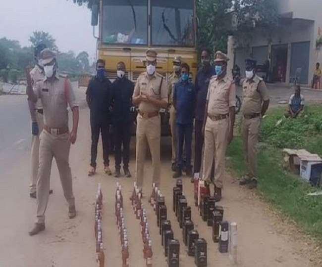 अवैध तरीके से शराब ले जा रहे तीन रेलवे कर्मचारियों को पुलिस ने किया गिरफ्तार।