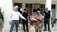 दरिया पार करके पांच गांवों के लोगों को दिया राशन