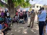 Lock down in Bareilly : आश्रय गृह में प्रवासियों का हंगामा, सीओ पर हमलावर होने पर एक गिरफ्तार, पुलिस ने फटकारीं लाठियां Bareilly News