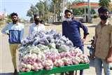 POSITIVE INDIA : चार दिन मजदूरी कर जुटाए पैसे फिर जरूरतमंदों को मुफ्त में बांटीं सब्जियां Sambhal News