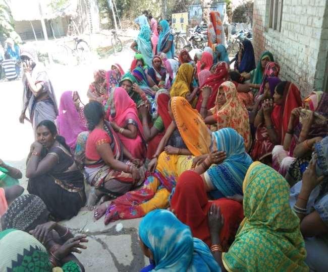 प्रतापगढ़ के उदयपुर थाना इलाके में मिलावटी शराब पीने से चार लोगों की मौत हो गई।