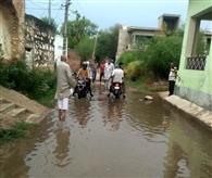 हल्की बारिश से लबालब हुई गांव पालड़ी की गलियां, बढ़ परेशानियां