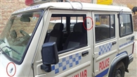 रात को गशत कर रही पुलिस पर कार सवारों ने की फायरिंग