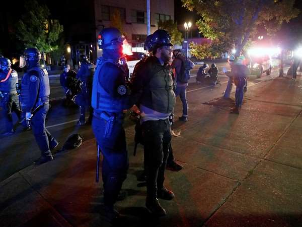 US Election 2020: नस्लीय हिंसा बना चुनावी मुद्दा, विपक्ष ने ट्रंप को घेरा, कहा- राजनीतिक लाभ की चाल