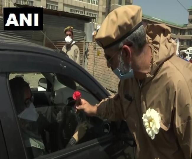 मेडिकल स्टाफ को फूल बांट रही पुलिस