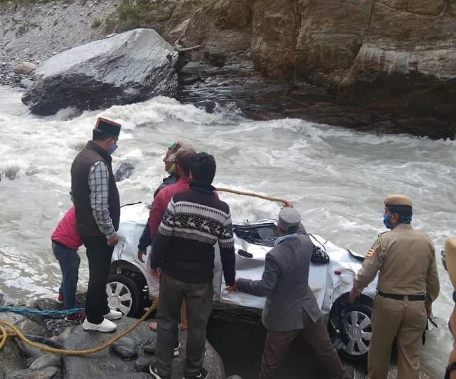नदी में गिरी कार दूसरे दिन बरामद, गाड़ी में सवार लोगों का नहीं लगा सुराग