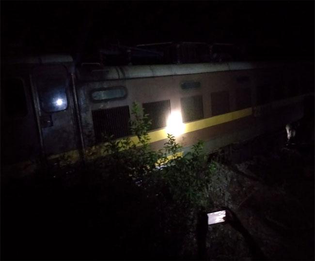 झारखंड में ट्रेन हादसा : नदी में जा गिरा इंजन, ट्रेन में करीब 200 यात्री थे सवार, रिलीफ कार्य जारी