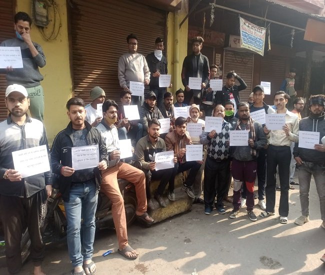 मुआवजा न मिलने से नाराज लोगों ने बंद की बाबरी मंडी बजरिया, छावनी में तब्दील-अलीगढ़ :ऊपरकोट बवाल के