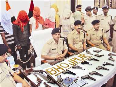 आरा में 18 हथियार और 365 गोली के साथ 10 अपराधी गिरफ्तार