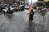 घंटे भर की बारिश में डूबे कई इलाके