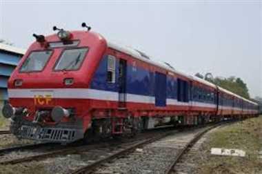 रेलवे क्रॉसिंग पर फंसा ट्रक रोकी गई अप-डाउन की ट्रेनें