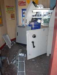 खोल नहीं पाए तो एटीएम क्षतिग्रस्त किया