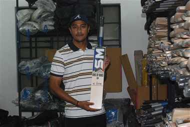 नेपाल के खिलाडि़यों को मेरठी बल्ले