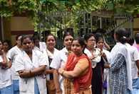 बेड न मिलने से नर्स की मौत पर हंगामा