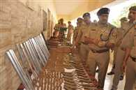 मेरठ : असलहा बनाने वाली फैक्ट्री का भंडाफोड़, छह हथियार तस्कर गिरफ्तार