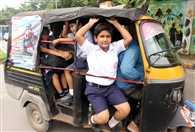 स्कूली वैन और ऑटो बच्चों की सुरक्षा से खिलवाड़